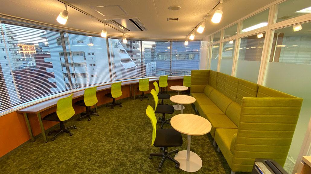 社内カフェも用意してリラックスできるスペースに